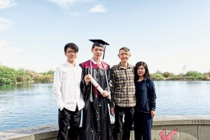 Tan Zheng Hua (2nd left), 18, taking a picture with his (from left): brother Tan Zheng Yuan, father Tan Eng Hock and mother Teoh Kooi Peng, after receiving the Cum Laude award at Hamilton High School, Chandler, Arizona, United States.// Provided pic // 28 May 2021
